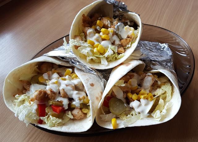 Tortilla z kurczakiem warzywami i sosem czosnkowym