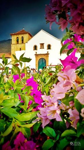 Iglesia de Villa de Leyva enmarcada por buganviles en el Festival del árbol 2017