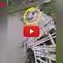 देखते ही देखते नदी में बह गई चचरी पुल, जिंदगी और मौत की जंग...