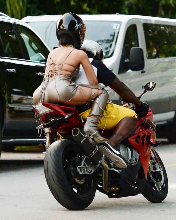 Rihanna, famosa em moto, gostosa em moto, Mulher semi nua em moto, Famous on bike, woman motorcycle, babes on bike, woman on bike, sexy on bike, sexy on motorcycle, ragazza in moto, donna calda in moto, femme chaude sur la moto, mujer caliente en motocicleta, chica en moto, heiße Frau auf dem Motorrad