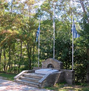 το μνημείο πεσόντων στο Μουσείο Μακεδονικού Αγώνα του Μπούρινου