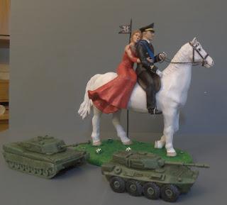 top cake sposini per torta realistici sposo in divisa sposa in rosso cavallo orme magiche