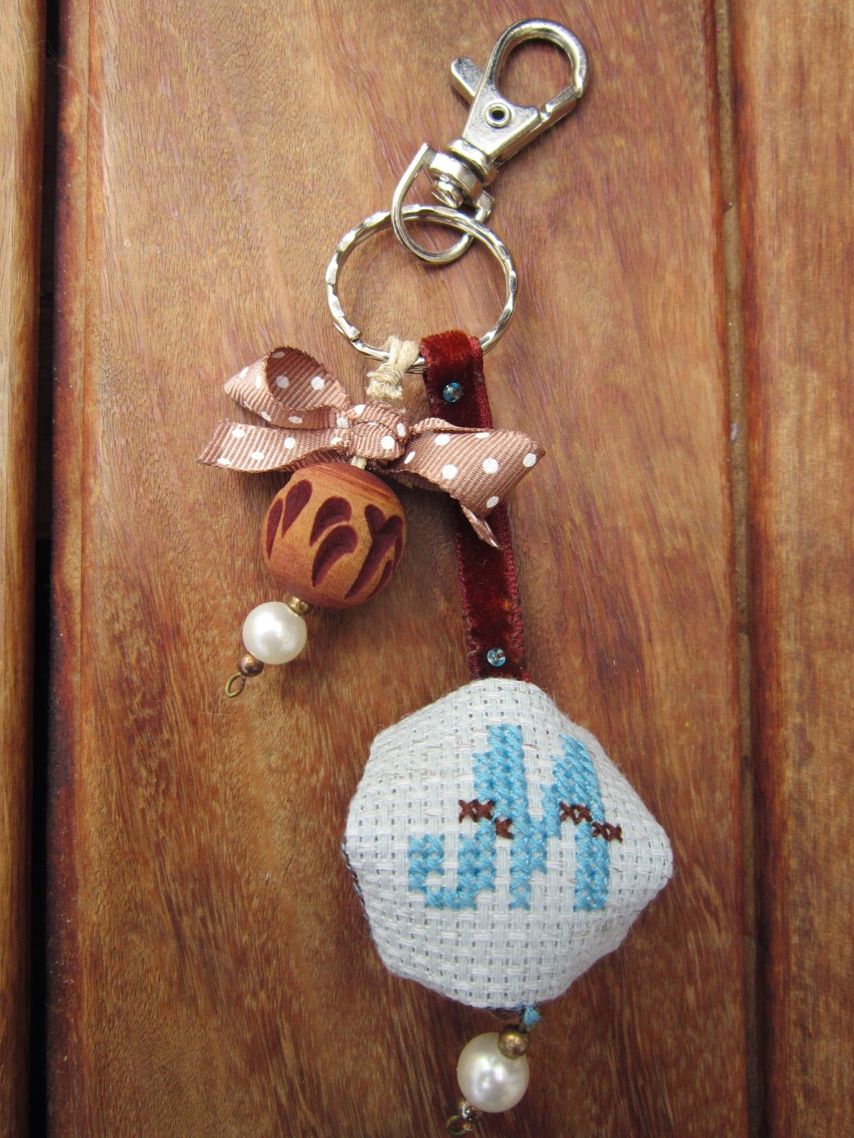 llavero, porte clefs, key holder, biscornu, punto cruz, point croix, cross stitch