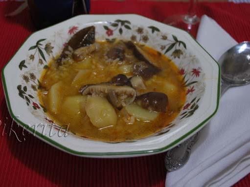 Sopa de arroz con patatas y setas