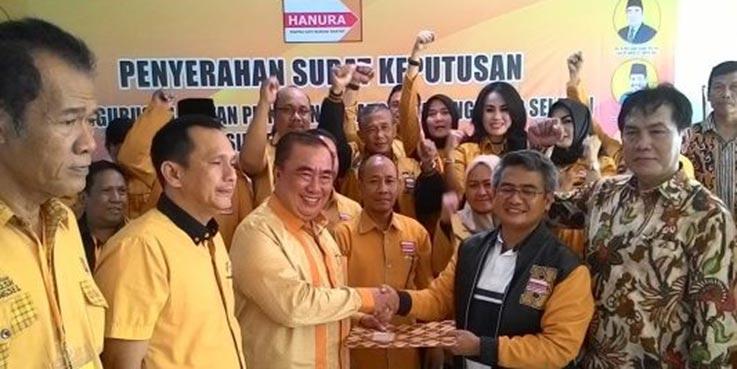 Ketua DPC Hanura Kota Tangsel Moh Saleh Asnawi dan Ketua DPD Hanura Banten Ely Mulyadi (tengah) saat serah terima Surat Keputusan (SK) pengukuhan pengurus DPC Hanura Kota Tangsel.