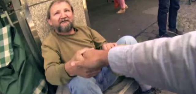 Ένας νεαρός ζητά από έναν άστεγο να δανειστεί για λίγο τον κουβά του. Αυτό που θα συμβεί στη συνέχεια θα σας κάνει να ξεσπάσετε σε δάκρυα…