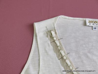 escote-camiseta-con-puntilla