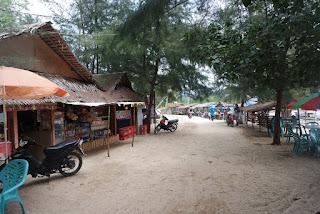 kios kios penjual makanan di pantai batu kalang indah