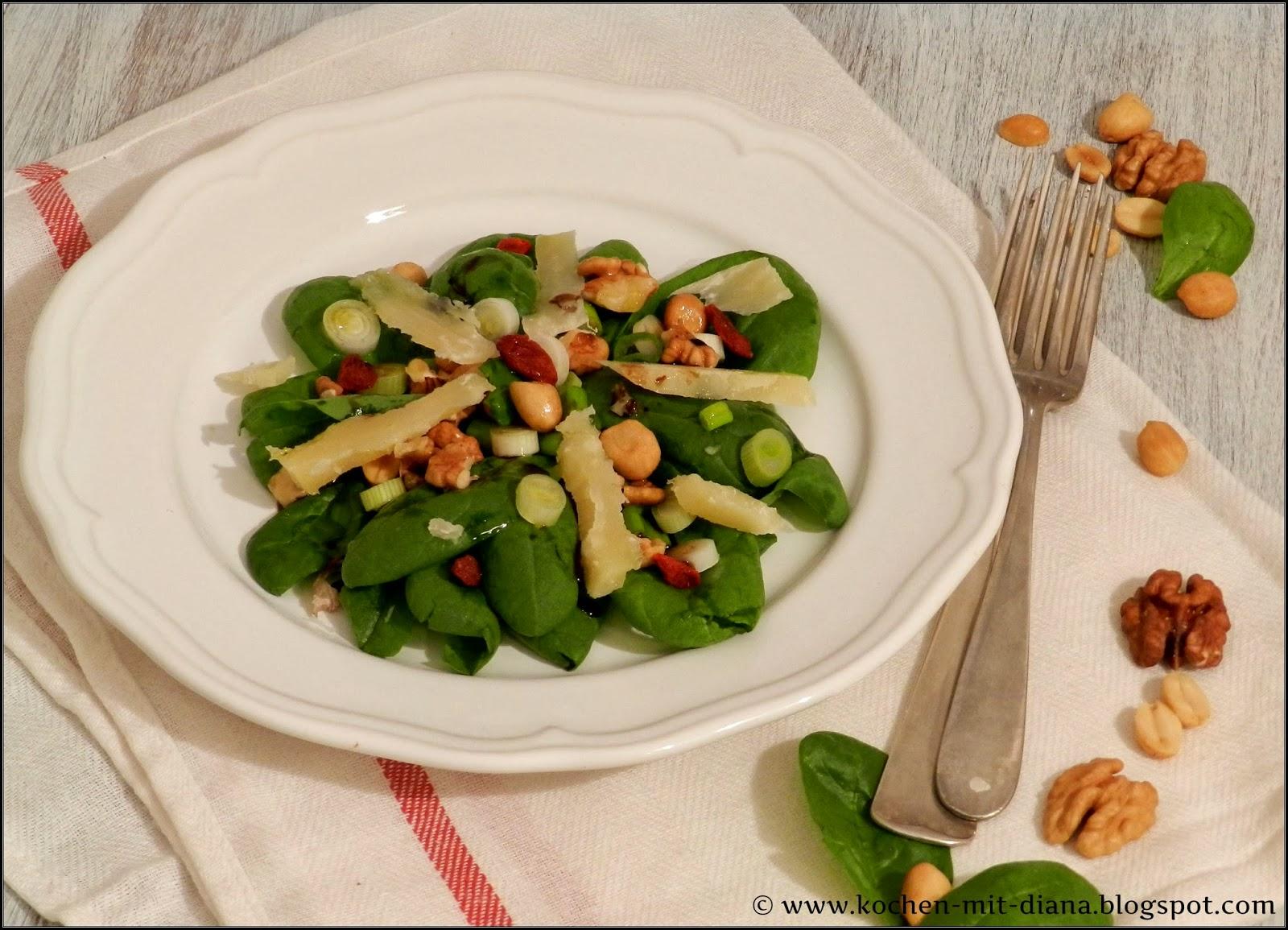 Spinatsalat mit Nüsse und Grana Padano Käse