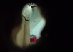พี่เขยหื่น!! เจาะรูแอบถ่ายน้องเมียอาบน้ำ เห็นนม-หีชัดเจน