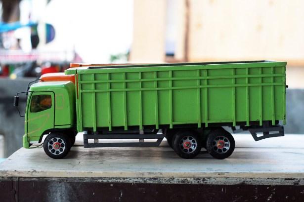 mainan mobil hino lohan dari kayu