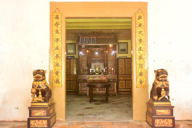 Patung di pintu masuk ruangan utama