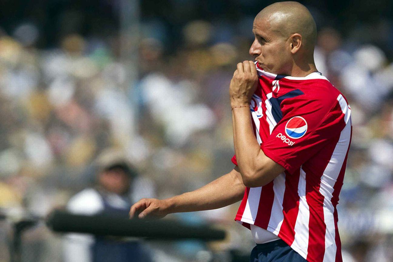 Bofo besa el escudo de Chivas.