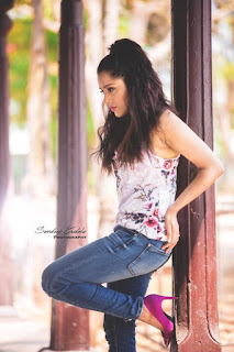 Gorgeous Indian TV Model Rashmi Gautam In Tight Blue Jeans (5)