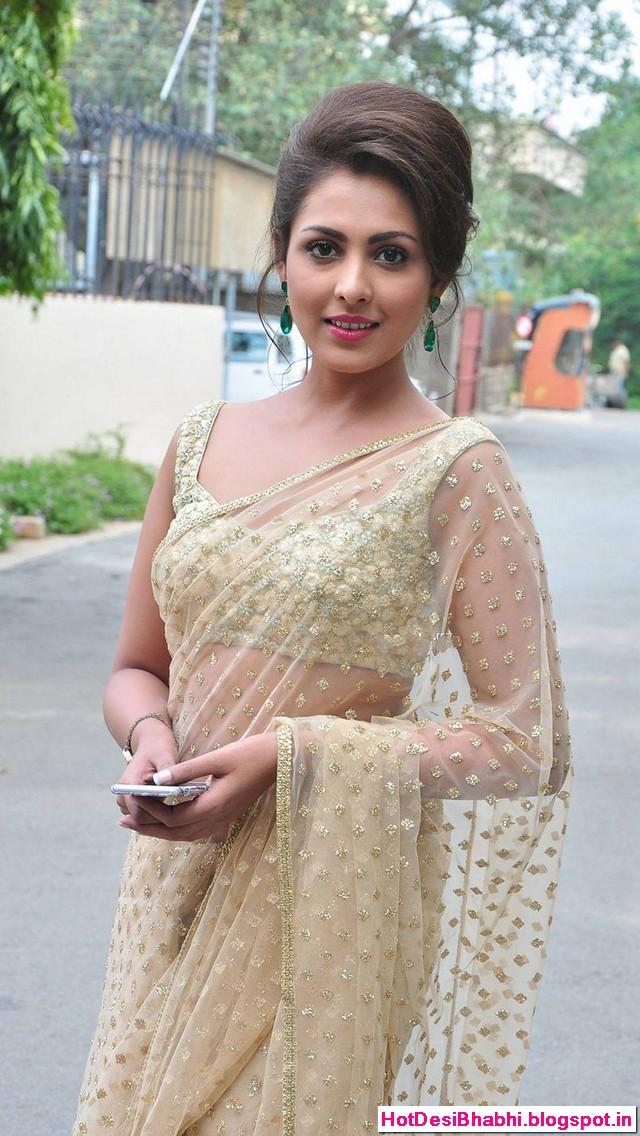 Madhu Shalini Latest Hot in Saree Wallpapers