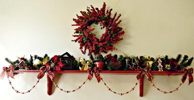 Estantería decorada para navidad