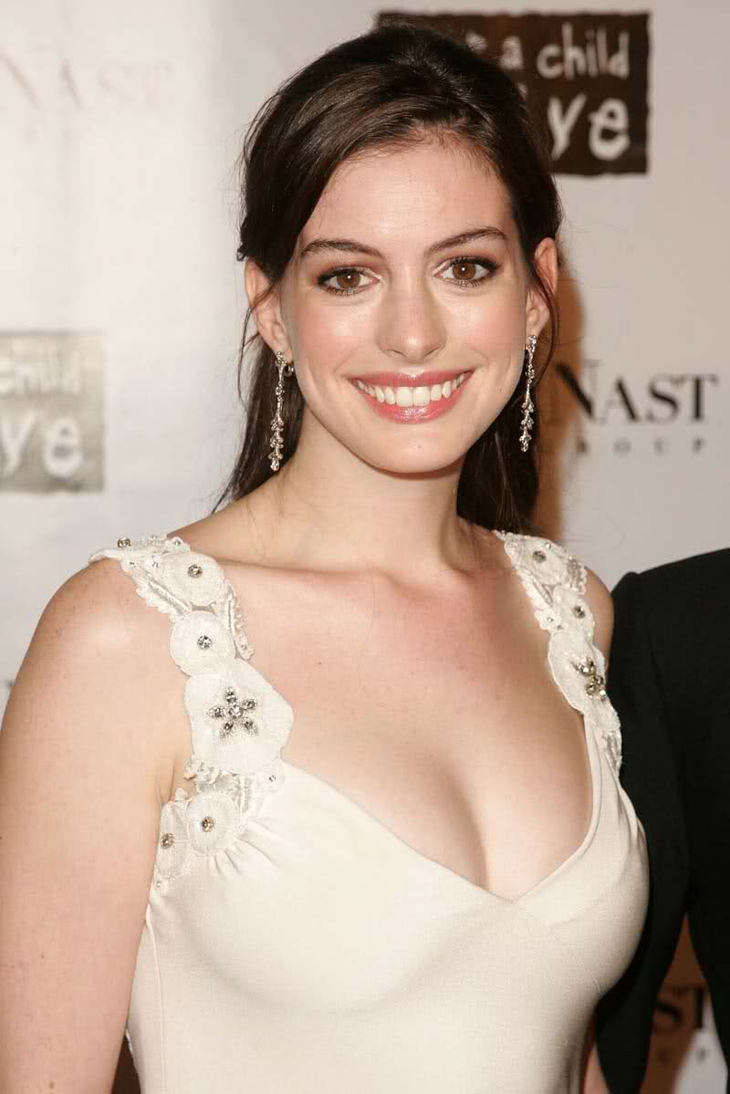 braless Cleavage Anne Hathaway naked photo 2017