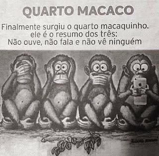 """A clássica história dos """"três macacos sábios"""" do santuário de Toshogu transmite um ensinamento simples e propõe uma reflexão que nunca sai de moda: devemos ser cuidadosos com o que dizemos, com o que ouvimos, e também com o que vemos. Este santuário fica no Japão, e a escultura que o tornou famoso com os três macacos clássicos (um tapando os olhos, outro, os ouvidos, e o último, a boca), data de 1636. Poucas imagens ultrapassaram tantas décadas e fronteiras para chegar até nós quase como um ícone. E, como sempre acontece com essas coisas, frequentemente esquecemos um pouco seu significado para combiná-lo com outras ideias ou explicações que pouco têm a ver com sua raiz original. Para os japoneses, por exemplo, refere-se a um código filosófico e de conduta que realça a necessidade de sermos prudentes: """"Não veja o mal, não ouça o mal, não fale com maldade"""".  Descrição: Desenho ilustrado em preto, branco e cinza de quatro macaquinhos sentados de frente, em posição de Buda, lado a lado. No topo o título: Quarto macaco. Ao centro, da esquerda para a direita: o macaco tapa os olhos, outro, os ouvidos, o outro, a boca e o último está atento olhando a tela do celular que segura com as mãos. Após o título, lê-se: Finalmente surgiu o quarto macaquinho. Ele é o resumo dos três: Não ouve, não fala e não vê ninguém."""