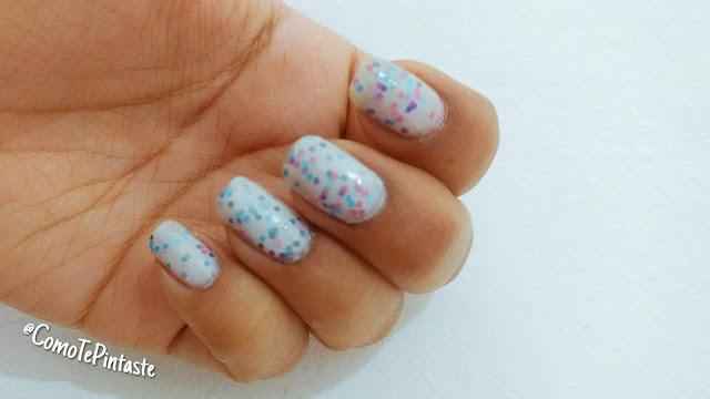 muestra esmalte blanco con glitter multicolor dentro
