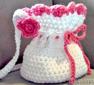 http://translate.google.es/translate?hl=es&sl=en&tl=es&u=http%3A%2F%2Fmymerrymessylife.com%2F2012%2F03%2Fcrochet-girl-purse-free-crochet-pattern.html