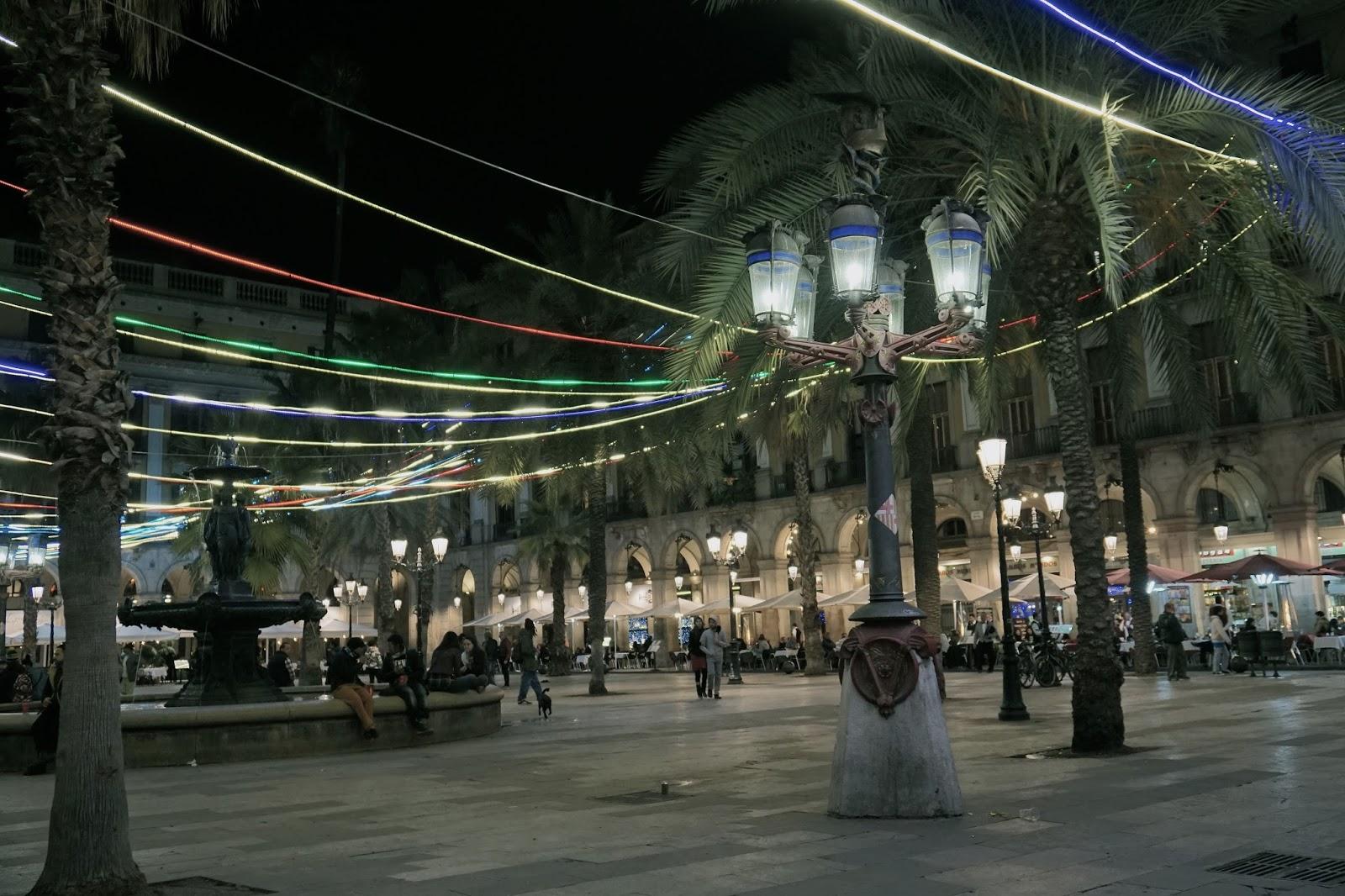 レイアール広場のクリスマス・イルミネーションと街灯
