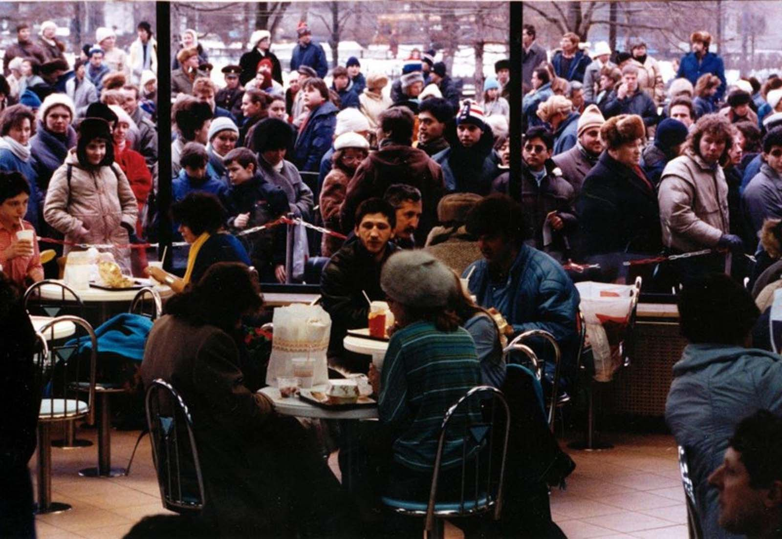 Huge crowd lined up outside the first McDonald's in Moscow.