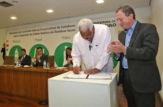 bc73ae5fa04 Representantes assinando contrato entre as cooperativas de catadores e a  Prefeitura para expansão da coleta seletiva - crédito  Fábio Arantes SECOM