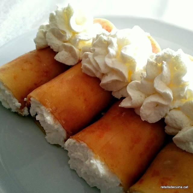 Canelons de torró de crema cremada farcits de nata