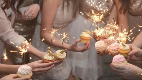 Rita Completo - Consultoria de imagem - Passagem de ano - Imagem ilustrativa de várias amigas a brindarem com um cupcake