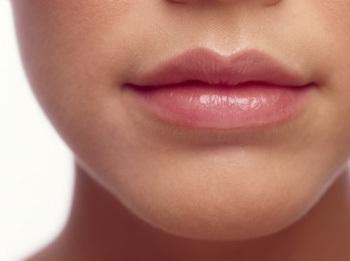 Begini Cara Ampuh Hilangkan Garis Hitam di Bibir
