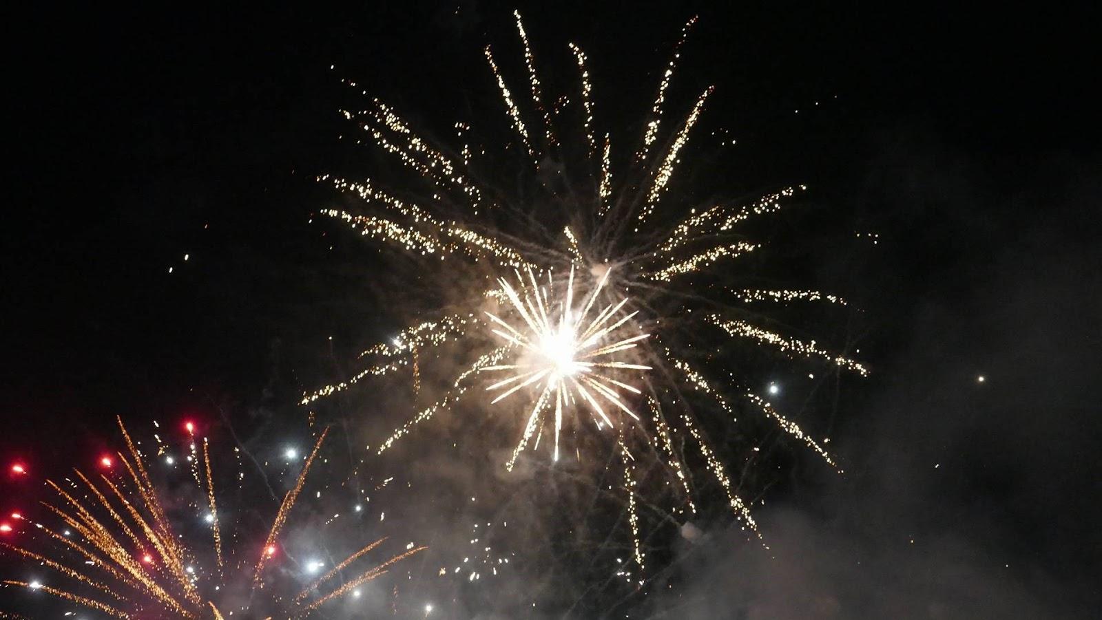 Φαντασμαγορικά υποδέχτηκε η Λάρισα το 2018 - Φαναράκια, πυροτεχνήματα και συναυλία στο Φρούριο (VIDEO)