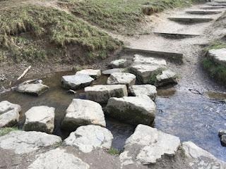 Steine liegen im Bachbett des Lepkesmühlenbachs