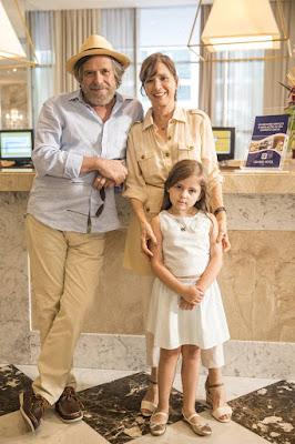 A primeira fase de 'A Dona do Pedaço' se passa na década de 90, quando Virgínia, vivida pela pequena Duda Batista, é adotada pelo casal Otávio (José de Abreu) e Beatriz (Natália do Vale) — Foto: TV Globo/João Miguel Jr.