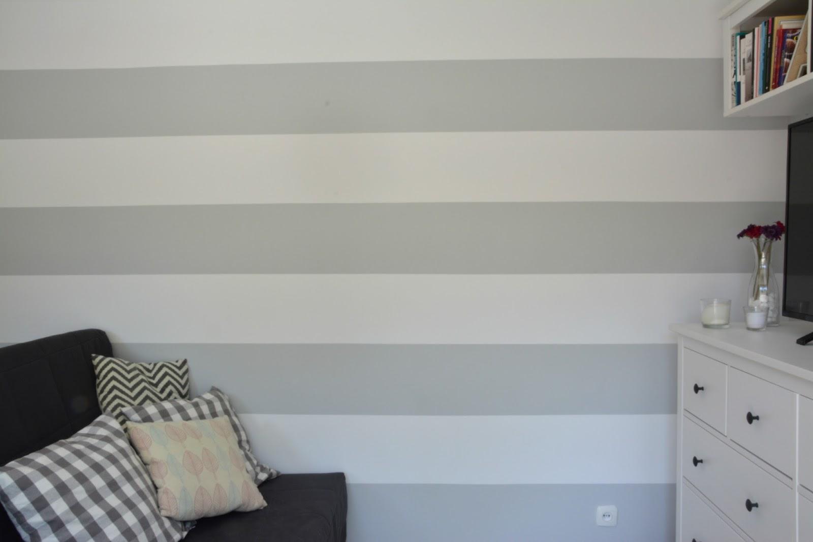 pasy na ścianie biało szare