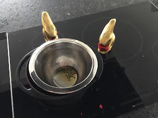 Fonte de la cire d'abeille dans le beurre de karité  pour la réalisation de la crème pour les mains et les pieds