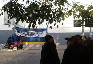 Los trabajadores se enteraron por un cartel pegado en la puerta de la empresa.