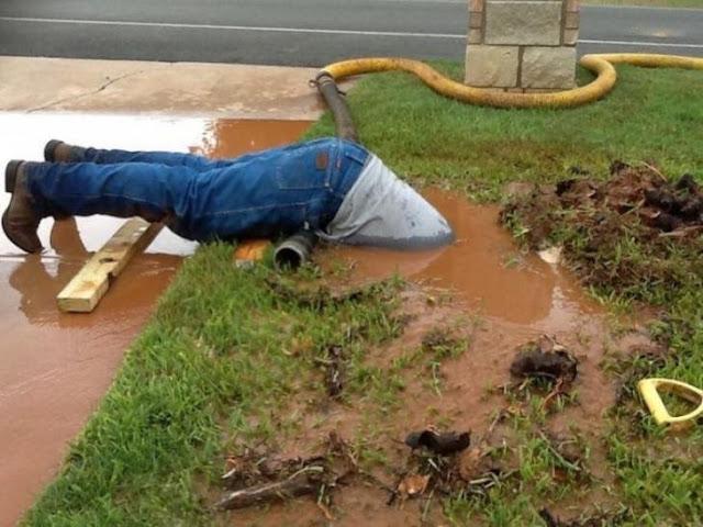 """Ο υδραυλικός που αφιερώνεται """"ψυχή τε και σώματι"""" στην δουλειά του!"""