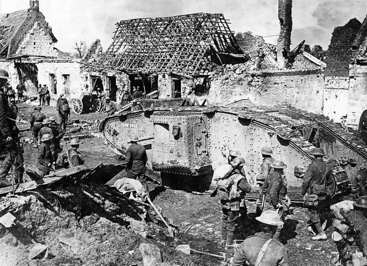 Leyenda original: Tanque británico entrando en acción.