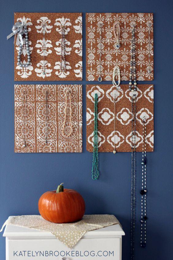Placas de cortiça com estêncil Ideias para organizar bijuterias
