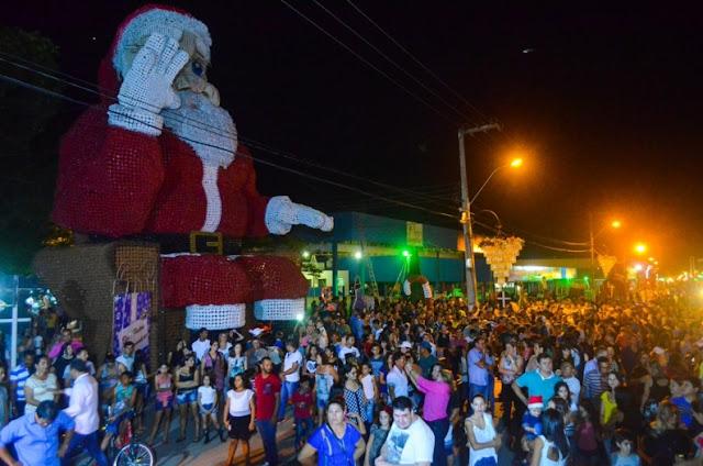 Ji-Paraná liga iluminação natalina com mais de 100 mil garrafas pet e Papai Noel gigante de 12 metros de altura