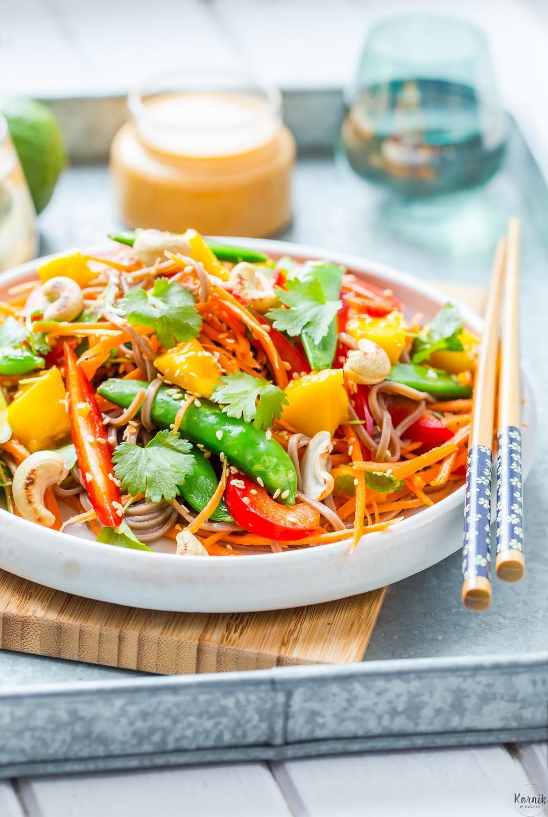 Sałatka azjatycka z makaronem i mango