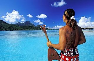 Tahitien avec ukulele face à la mer