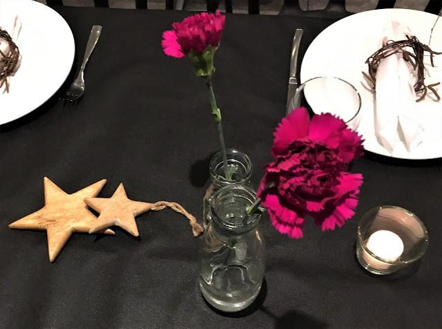 Borddekking med markduk, Supert til fødselsdagsfest. Detaljer fra borddekkingen, nelliker og stjerner. Furulunden IMG_3239