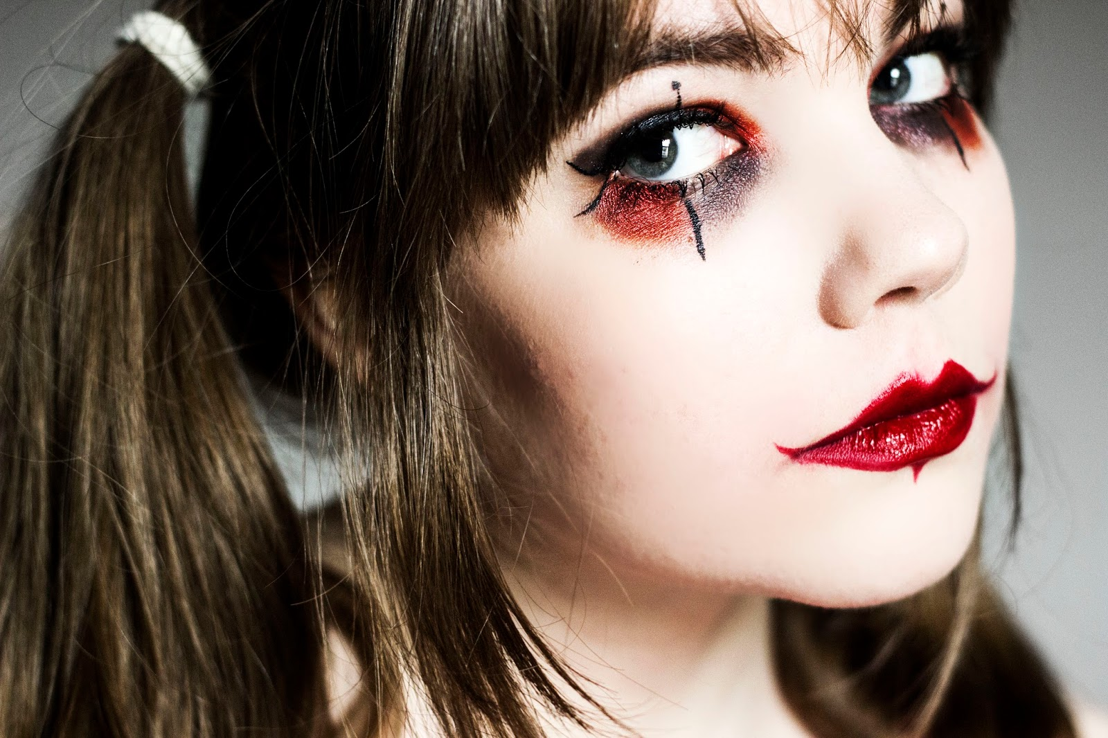 http://www.thewhimsicalwildling.com/2016/09/halloween-makeup-look-red-and-black_25.html