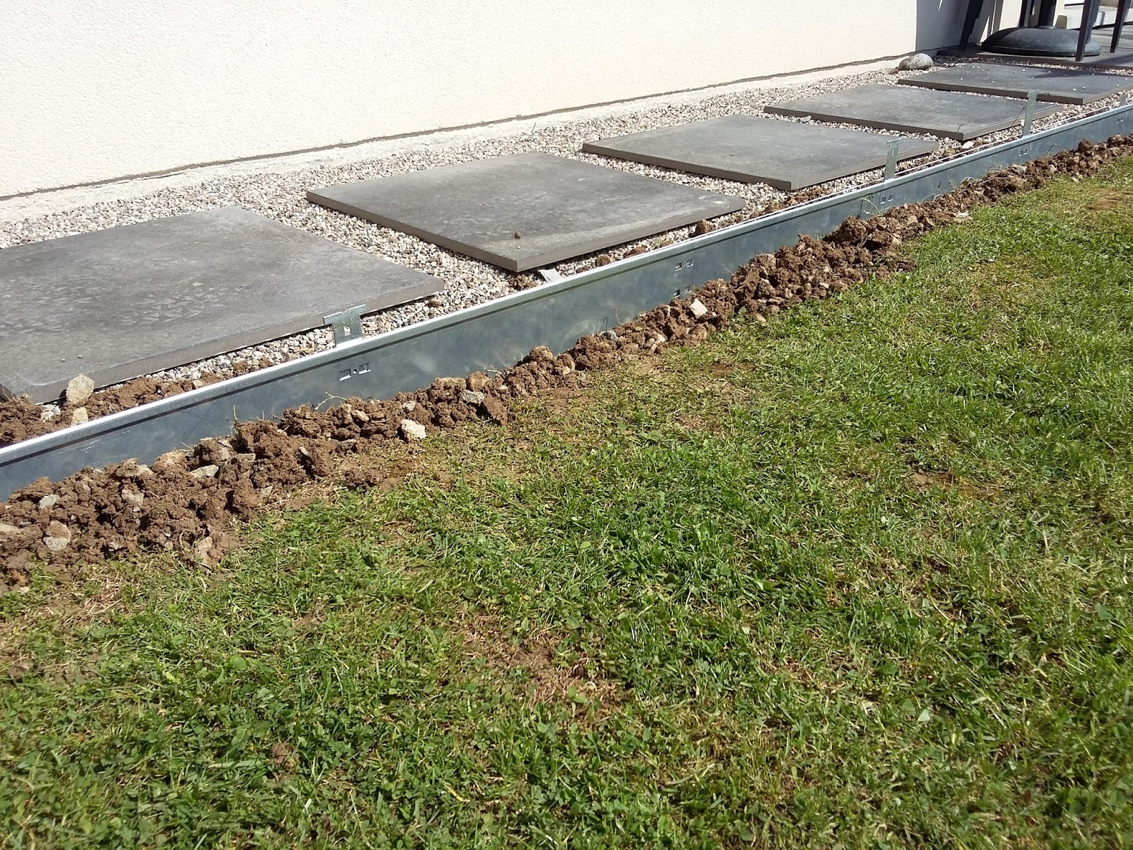 Bricolage de l 39 id e la r alisation comment poser des bordures m taliques acier galvanis - Bordure de jardin metal ...