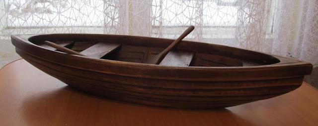 Деревянная лодка-игрушка