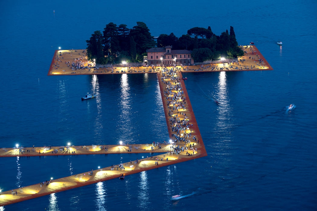 04-Christo-and-Jeanne-Claude-The-Floating-Piers-Walkways-on-Lake-Iseo-Italy-www-designstack-co