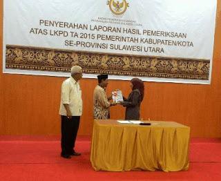 Predikat WTP yang diserahkan langsung oleh Kepala BPK RI Perwakilan Sulawesi Utara, Endang Tuti Kardiani, SE, MM kepada Bupati Boltim Sehan Salim Landjar.