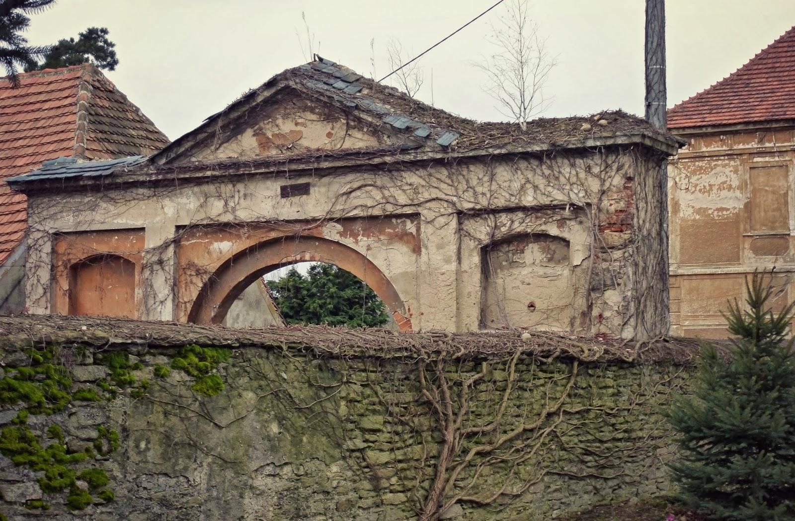 616ff3d00c6d2 Romański kościół wygląda (z zewnątrz, bo zamknięty) dobrze (kiedyś to  budowali, te niezniszczalne kamienne bloki...), a cysterski klasztor  niszczeje od ...