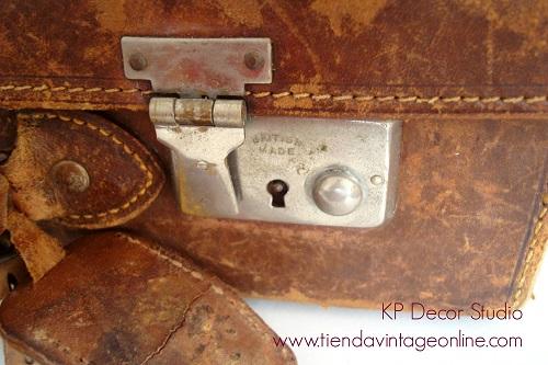 Maletas antiguas con pegatinas de hoteles y viajes